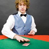 Постер, плакат: Дилер в игре в покер распространение карт