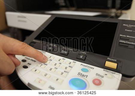Dedo pressionar os botões do teclado da copiadora Laser
