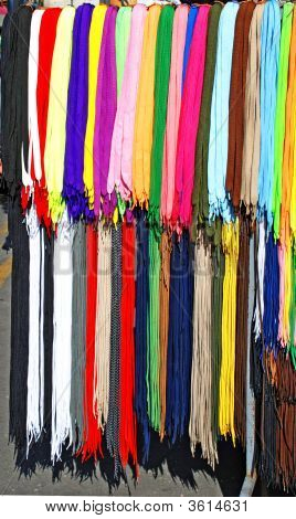 Muchos cordones coloreados