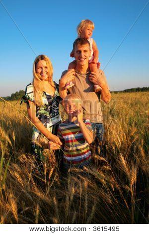Familie auf wheaten Feld