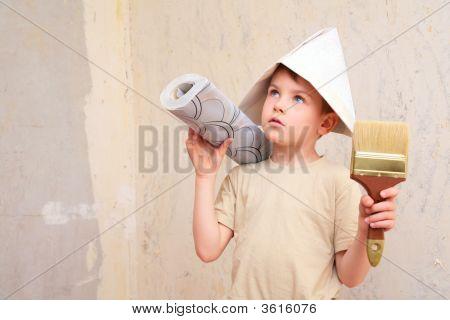 Junge mit Pinsel und Rolle der Tapete in Papper Hut