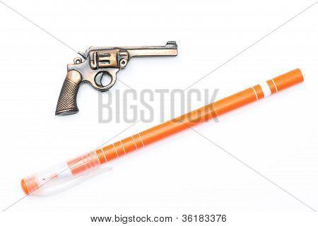 Arma de brinquedo e caneta em branco