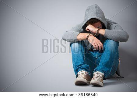 Adolescente preso com algemas