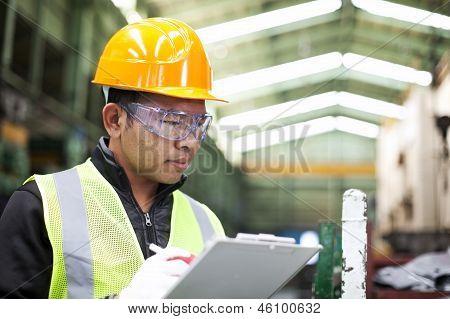 Escrita do trabalhador de fábrica na transferência