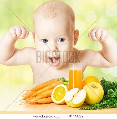 Bebê forte refeição de fruta fresca e copo de suco. Vitamina saudável dieta de alimentos vegetais
