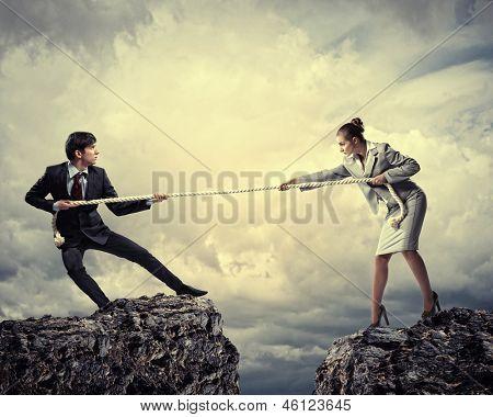 Enfrentamiento entre dos empresarios. Collage abstracto.