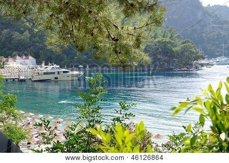 Yachten an der Pier und Strand am Mittelmeer türkische Resort, Fethiye, Türkei