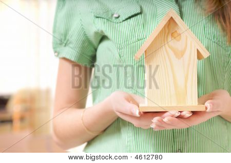 Pequeña casa en las manos