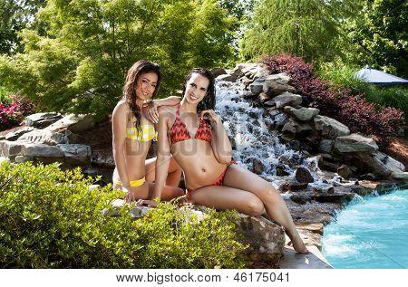 Amigas de vacaciones en la piscina