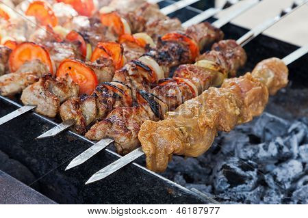 Appetitlich frisch Fleisch Schaschlik (Schaschlik) vorbereitet auf A Grill Holz Kohle, Outdor