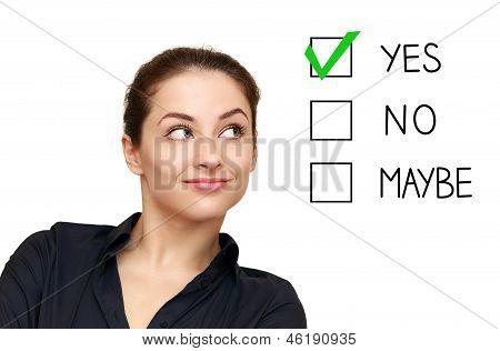 Mulher de negócio olhando na opção e selecione Sim decisão isolada