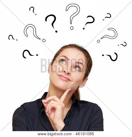 Denken, die lächelnd mit Fragen über Kopf nachschlagen