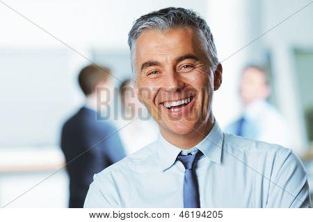 Empresario maduro sonriendo