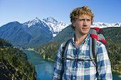 Постер, плакат: Портрет молодой турист с Diablo озеро в Каскады Севера Вашингтон США в фоновом режиме