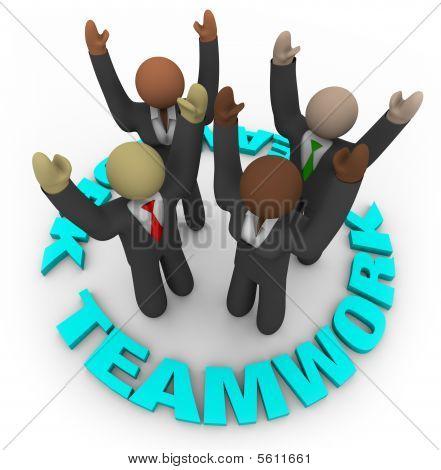 Trabajo en equipo - miembros del equipo en círculo