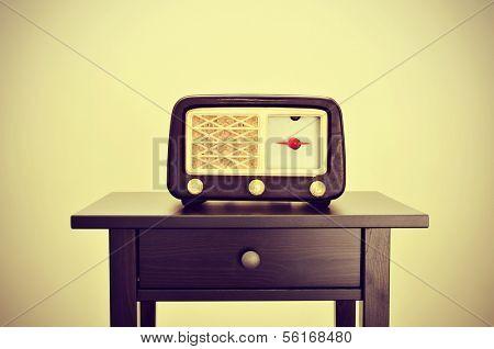 afbeelding van een antieke radio receptor op een bureau, met een retro-effect