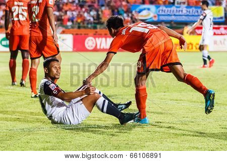 Sisaket Thailand-may 28: Pipob On-mo Of Chonburi Fc. (white) In Action During Thai Premier League Be