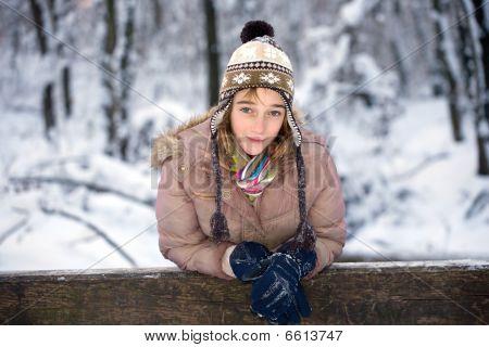 Teenager-Mädchen im Schnee