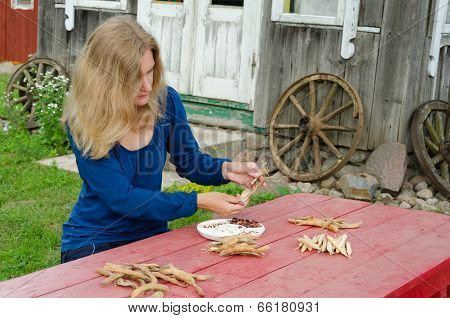 Farm Woman Shell Various Kind Decorative Beans