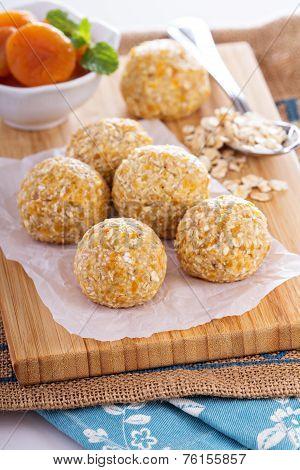 Raw vegan oat apricot banana balls