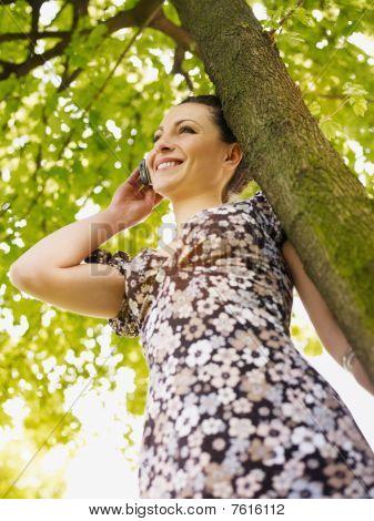 Mujer joven en el parque, sonriendo