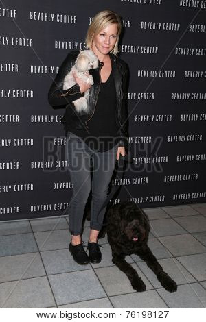 LOS ANGELES - NOV 13:  Jennie Garth at the Holiday Pet Portraits Kick-Off Event at the Beverly Center on November 13, 2014 in Beverly Hills, CA