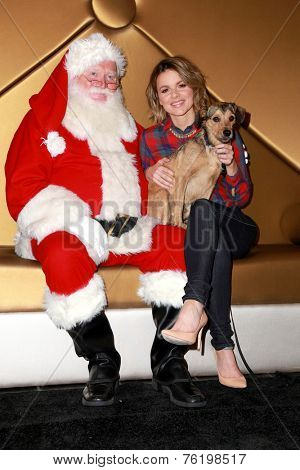LOS ANGELES - NOV 13:  Kevin Manno, Ali Fedotowsky at the Holiday Pet Portraits Kick-Off Event at the Beverly Center on November 13, 2014 in Beverly Hills, CA