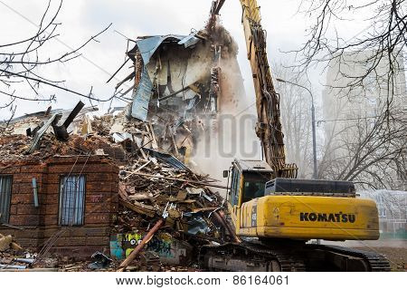Moscow - March 25, 2015: Excavator Demolishes Building 205 Schools Named Hero Of The Soviet Union Ly