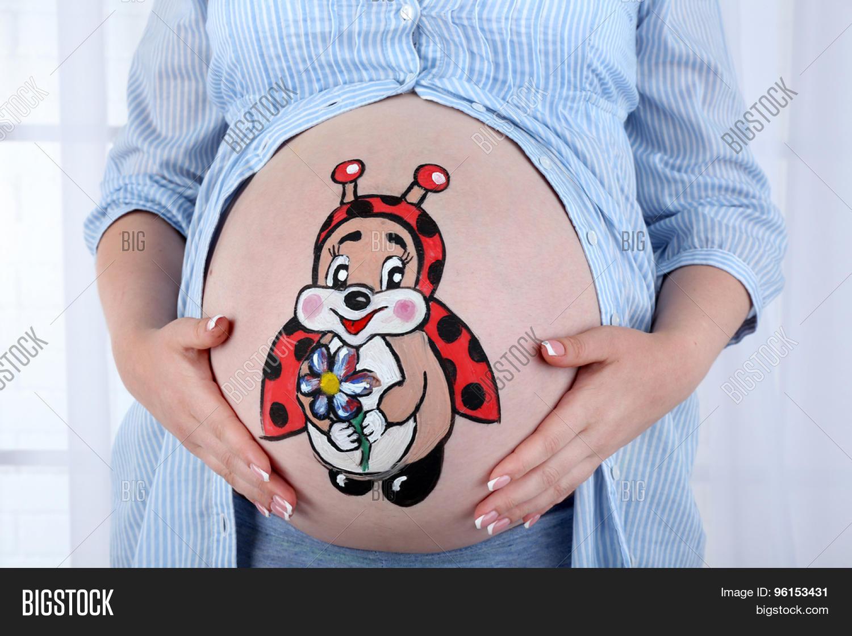 Рисунки на животах беременных становятся модным