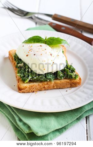Creamy Spinach And Poached Egg Toast