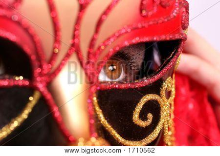 Closeup schönen Frau tragen fancy red Mardi Gras Maske mit gold Nieten und rote Spitze mit hazel