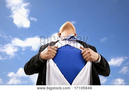 Empresário puxando sua t-shirt aberto no exterior