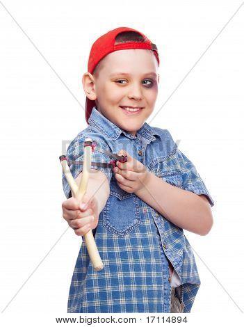 Muchacho con un tirachinas
