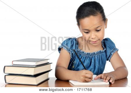 Adorable niña estudiando