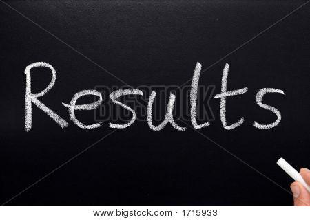 Ergebnisse, auf einer Tafel geschrieben.