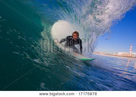 Surfer in blaue Rohr