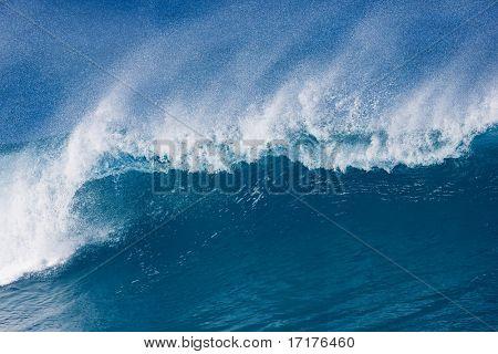 Grande onda majestoso quebras no belo oceano azul