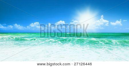 Schönen blauen Strand-Panorama-Meerblick, mit sauberem Wasser & blauer Himmel, Konzept von Urlaub & Frieden
