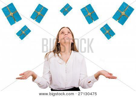 Mulher bonita animada com muitas caixas de presente