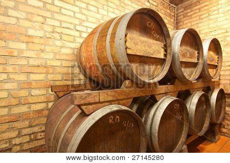 Cueva de barricas de vino viejo