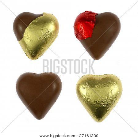 Corazones chocolate envueltos y sin envolver aislados en blanco