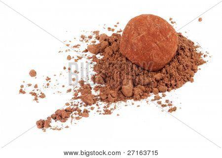 Schokolade Trüffel Süßigkeiten in Kakaopulver, isoliert auf weiss