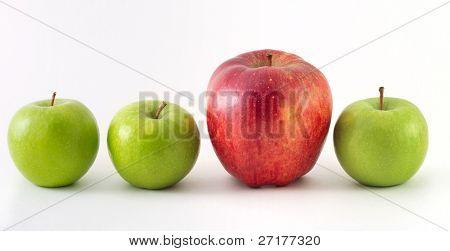 drei grünen Äpfeln und ein rotes