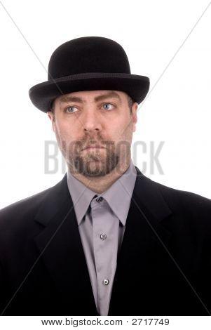 Homem vestindo um Derby