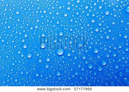gotas de agua en un vaso azul