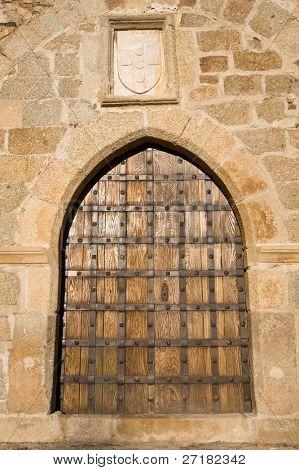 mittelalterliche Burgtor in ändern tun Chà £ o Schloss, Portugal. portugiesische Wappen an der Spitze.
