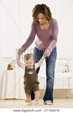 Mutter Sohn lernen zu helfen