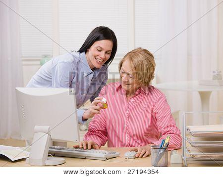Adulta madre e hija pedido de prescripción de medicamentos en casa