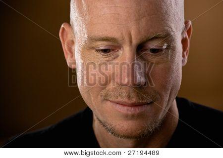 close up Studio Shot von Kahler Mann mit Spitzbart und Schnurrbart nach unten