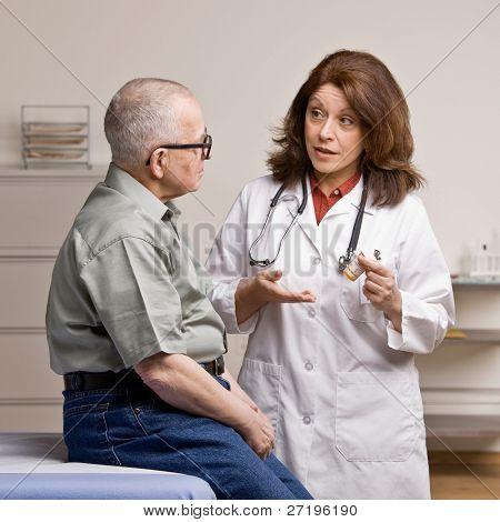 Abhören Arzt Patienten erläutert, wie Sie verschreibungspflichtige Medikamente zu nehmen